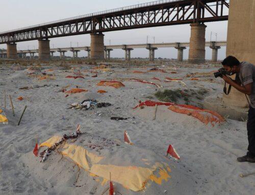 Ο Γάγγης βάφτηκε κόκκινος: Θύματα κορωνοϊού συνεχίζει να ξεβράζει το μεγάλο ποτάμι της Ινδίας