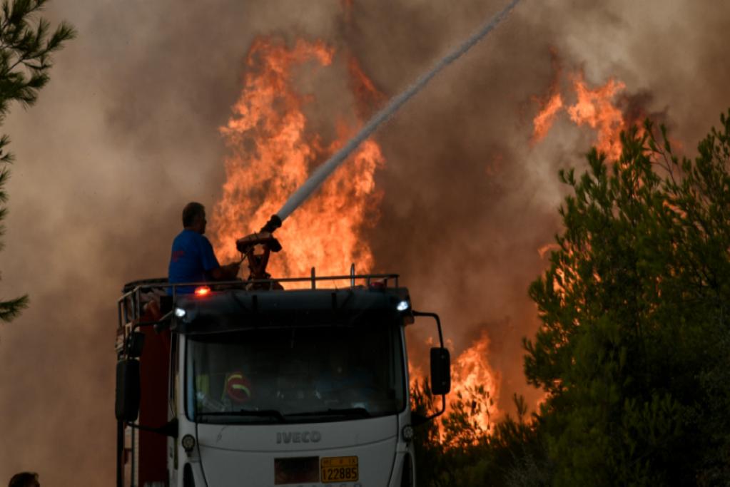 Ο Δήμος Πειραιά συνδράμει στην κατάσβεση των πυρκαγιών